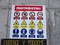 Tunel Blanka, staveniště Prašný most, bezpečnostní značky.jpg