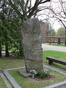 Väinö Linna's grave.jpg
