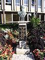 Vélizy-Villacoublay - Robert Wagner statue.jpg