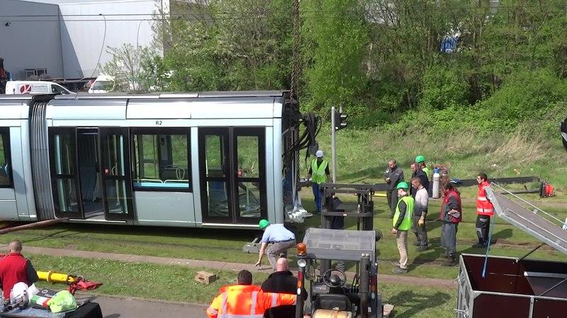 File:Valenciennes & Anzin - Déraillement de la rame de tramway n° 17 à la sortie du dépôt de Saint-Waast le 11 avril 2014 (053A).ogv
