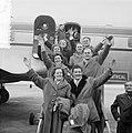 Vertrek van 4 bruidsparen uit Oisterwijk tegelijk naar Canada vanaf Schiphol, Bestanddeelnr 906-3567.jpg