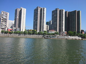 Ningxiang - Buildings in the city proper on the Wei River bank.
