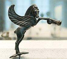 Figurină mică de bronz în formă de cal, vedere de profil, cu două aripi mari pe laturi