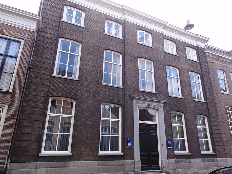Huis met gevel met hoekuitmetselingen en middenrisaliet omgekorniste kroonlijst met triglyphen - Oude huis gevel ...
