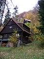 Štěchovice, Ztracenka, chata poblíž hřiště.jpg