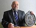 Владимир Савельев с самой большой медалью современности (фото 2014 года).jpg