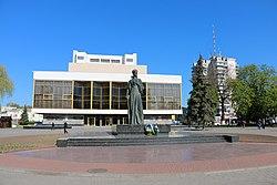 Автобус с заложниками располагается на Театральной площади у памятника Леси Украинки