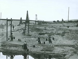Black City (Baku) - Oil pipeline outside Black City, 1905