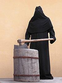 Палач у экспозиции орудий пыток (ретушь).jpg