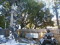 Пл. Слави пам'ятник Шлях у майбутнє Материнство (фігури матері і хлопчика) і злітаючі голуби,.JPG