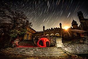 Садиба Куріса вночi - схід місяця.jpg