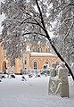 Скульптура та церква.jpg