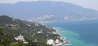 The Crimean Mountains in the background and Yalta as seen from the Tsar's Path. Ialta Iuzhnyi bereg DDima.jpg