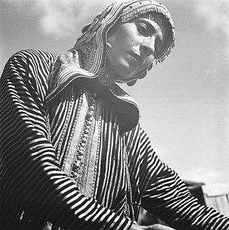 Yemenite Jews in Israel - Image: אשה צעירה תימניה בתלבושת מסורתית Z Kluger Photos 00132px 0907170685137fb 2