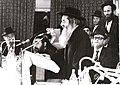 הרב שמואל הלוי וואזנר דורש בחידון ארצי לנוער במשנה מאחוריו מימין הרב שלמה שטנצל.JPG