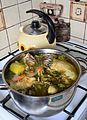 02015 Hühnerbrühe während der Zubereitung.jpg