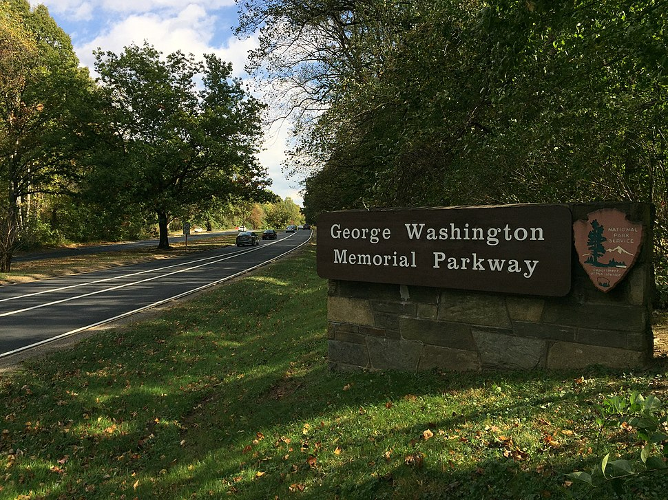 2016-10-23 12 48 48 View south along the George Washington Memorial Parkway at Interstate 495 (Capital Beltway) in McLean, Fairfax County, Virginia