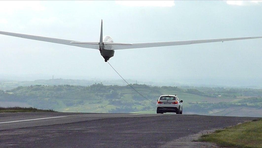 Décollage d'un planeur derrière une voiture. Photo prise sur l'aérodrome de la Montagne Noire en France.
