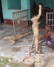 En mann som bygger statue i Rangpur, Bangladesh.jpg