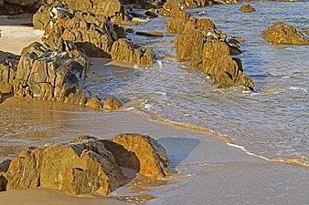 Acantilado y orilla Frouxeira.jpg
