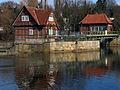 Aller in Celle, Blickrichtung Alter Bremer Weg, von links Großes festes Überfallwehr, Aller-Nordarm, 1937-39 erbautes Walzenwerk mit Wärterhaus und Maschinenhaus, denkmalgeschützt, III.jpg