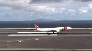 File:Amazing but dangerous landing at Madeira Airport TAP Portugal Airbus A321.ogv