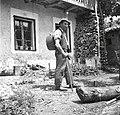 """Andrej Kramar, Borjana 115, pri Šmaškanou, z """"boutačem"""" (lempo) na hrbtu 1951.jpg"""