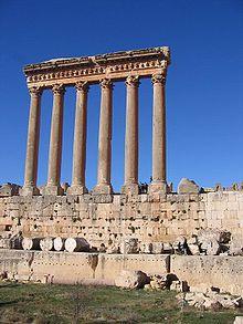 Der Jupitertempel mit Podium, das die drei größten je verbauten Steine der Welt enthält