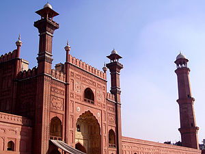 Badshahi Mosque Perspective.jpg