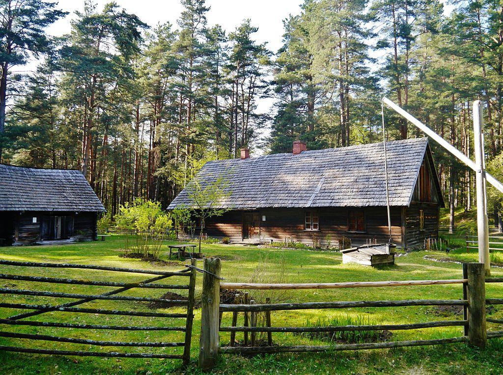 Maisons en bois de la région de Courlande dans le musée ethnographique de Riga en Lettonie. Photo de Zairon.