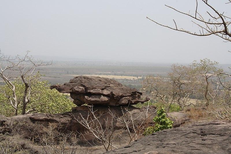 चित्र:Bhimbetka rocks.jpg
