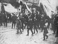 Manifestantes marchando em direção ao Palácio de Inverno