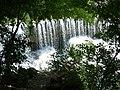 Bogenförmiger Wasserfall aus vielen kleinen Kaskaden.jpg