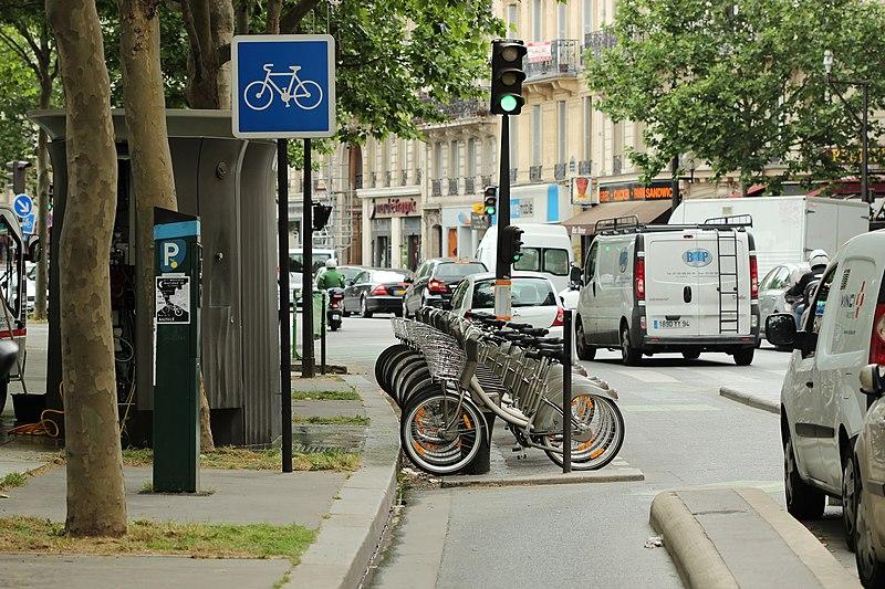 File:Boulevard Richard-Lenoir (Paris), piste cyclable 02.jpg
