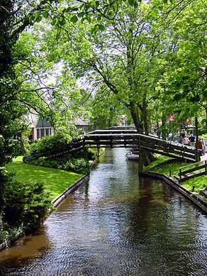 Bridge in Giethoorn.jpg