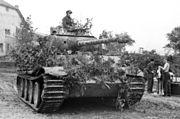Bundesarchiv Bild 101I-301-1955-32, Nordfrankreich, Panzer V (Panther) mit Infanterie.2