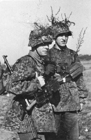 Bundesarchiv Bild 101III-Weyer-036-28A, Angehörige der Waffen-SS mit MP.jpg