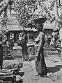 COLLECTIE TROPENMUSEUM Balinese vrouwen op de pasar te Penebel bij Badoeng TMnr 60042718.jpg