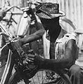 COLLECTIE TROPENMUSEUM Een bromfietsmonteur aan het werk in Ouagadougou TMnr 20010538.jpg