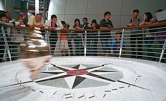 Foucault pendulum - The Foucault pendulum at the California Academy of Sciences knocks over successive pegs as the Earth rotates