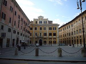 Italiano: Roma, piazza Borghese: a destra il f...