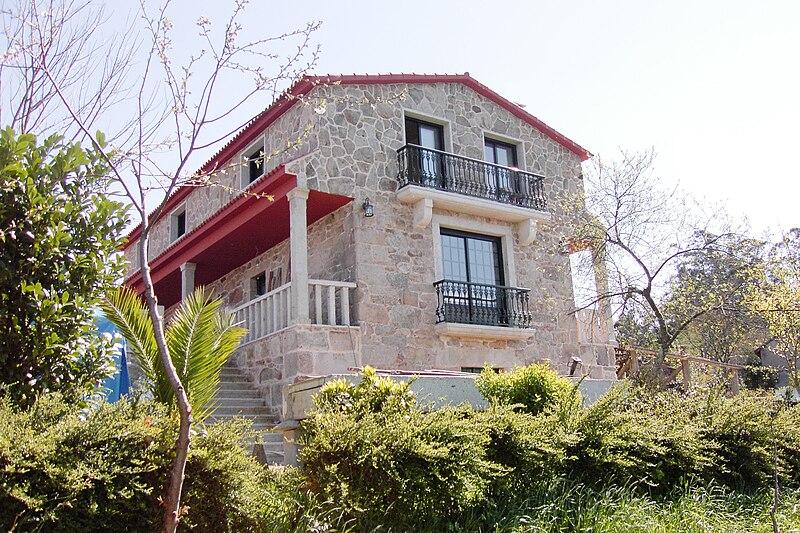 File:Casa rural Os carballos, Perdecanai, Barros, Galicia (Espagne).jpg