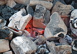 Carvão em brasa, utilizado como fonte de monóxido de carbono quando queimado de maneira incompleta