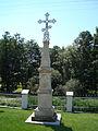 Chmielek - kościół - krzyż na terenie kościoła (01).jpg