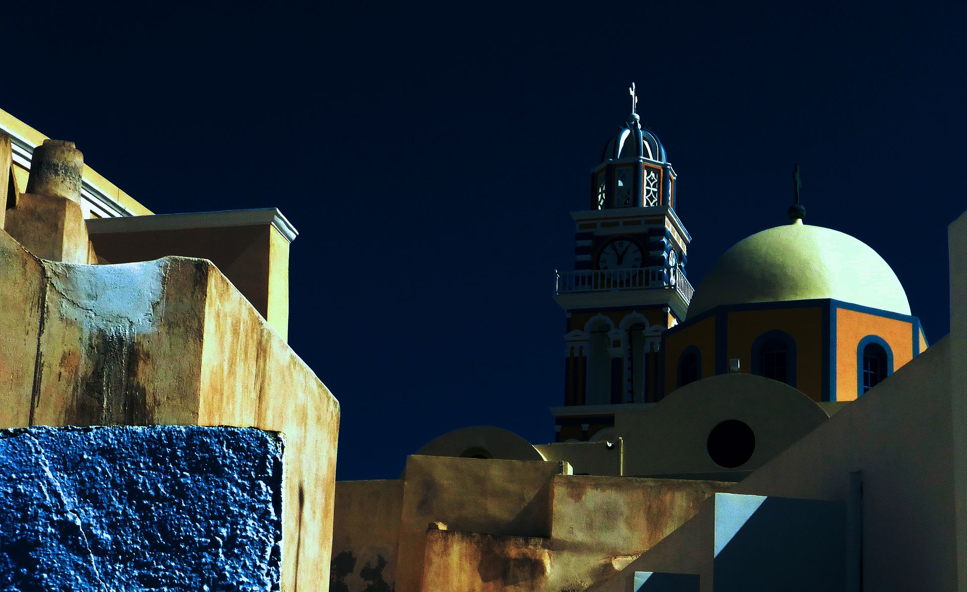 Peindre la nuit 1920px-Church_and_city_walls%2C_Santorini%2C_Greece_Day_for_night