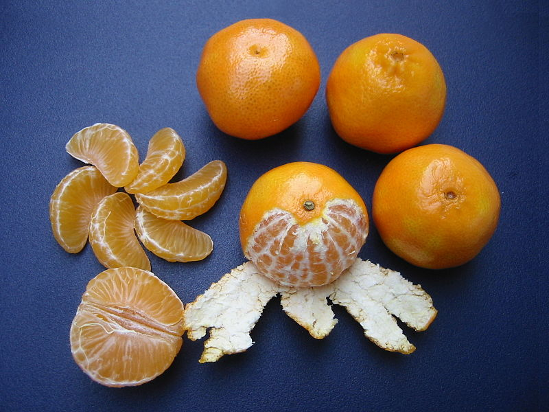 File:Clementines whole, peeled, half and sectioned.jpg