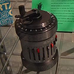 La calculadora mecánica Curta en exhibición en el Museo de Historia del Computador, en Mountain View, California.