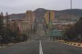 DPRK - Enormes calles para tan pocos autos (26056233337).png