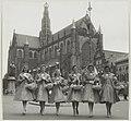 De Haarlemse bloemenmeisjes voor de Grote Kerk. NL-HlmNHA 54011170.JPG