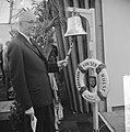 De burgemeester van Rotterdam G.E. van Walsum opent in Hoek van Holland de tentoonstelling Ay-Ay over de 100-jarige Nieuwe Waterweg door het luiden van de scheepsbel van koopvaardij-opleidingsschip Abraham van der Hulst, Bestanddeelnr 916-6479.jpg